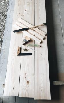 Holz und Werkzeug für den selbstgebauten Biertisch